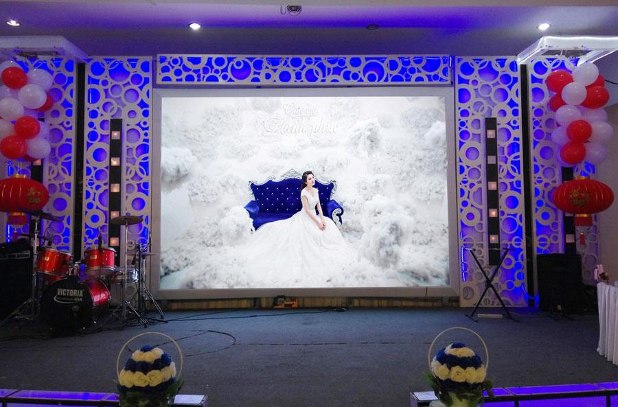 Màn hình led sắc nét đặt trong hội trường tổ chức tiệc cưới