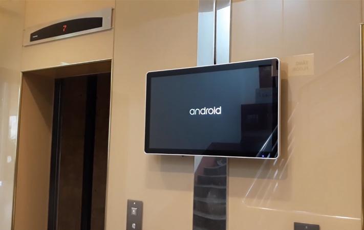 màn hình LCD treo tường 22 inch tại sảnh thang máy tòa nhà Monbilefone