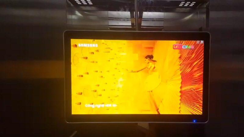 màn hình lcd 32 inch treo tường thang máy tại cafe cao tầng HCM