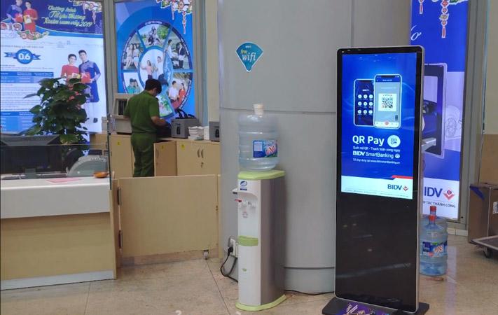 màn hình lcd chân đứng 43 inch tại BIDV hàng Vôi 1