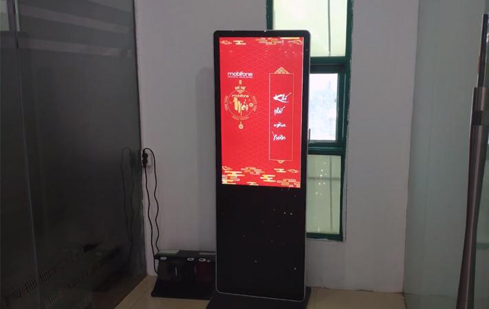 màn hình LCD chân đứng 43 inch tại tòa nhà Monbilefone
