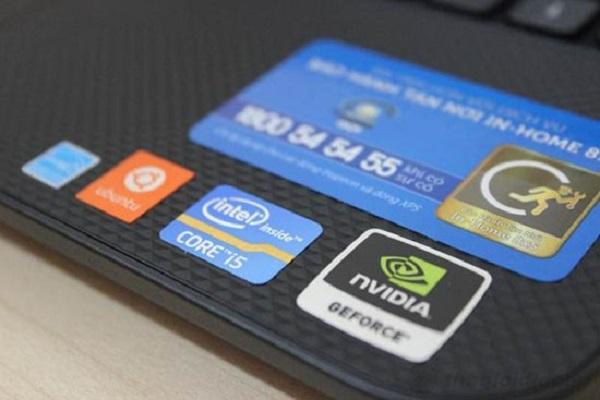 thông tin của card màn hình thường được dán trên máy tính